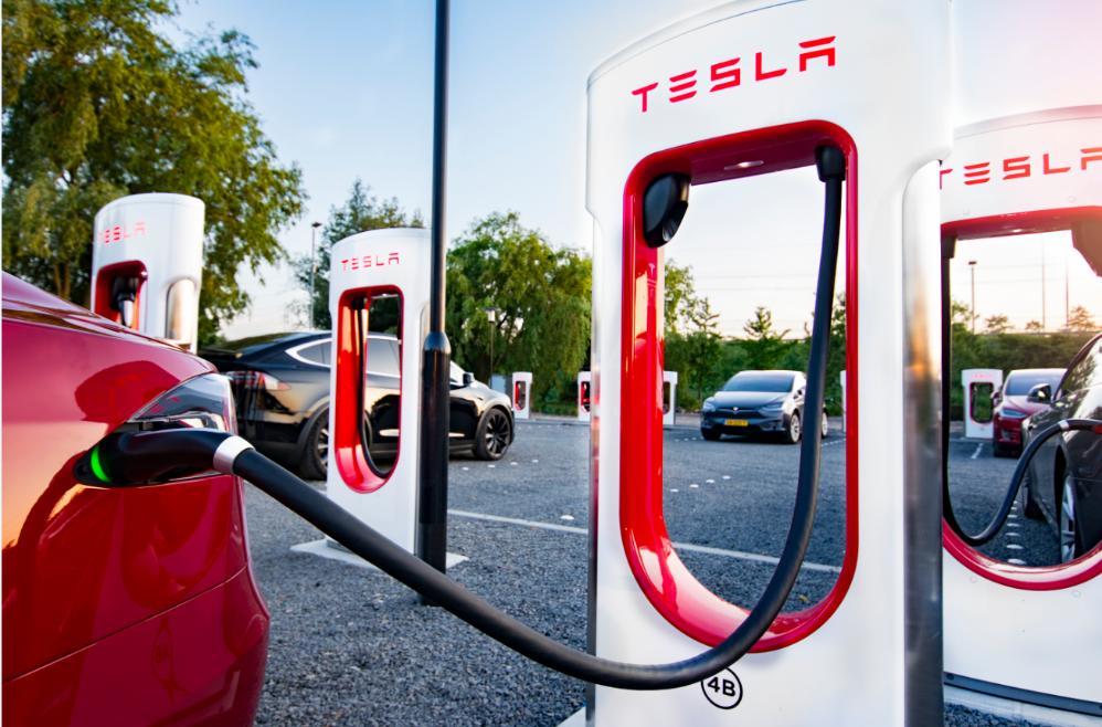 Tesla trækker strøm i Europa – nu er der 400 steder med Superchargers